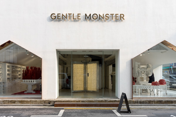 「ジェントルモンスター シンサカロスキル フラッグシップストア」は、白壁に設けられた大きな入口と窓が印象的。