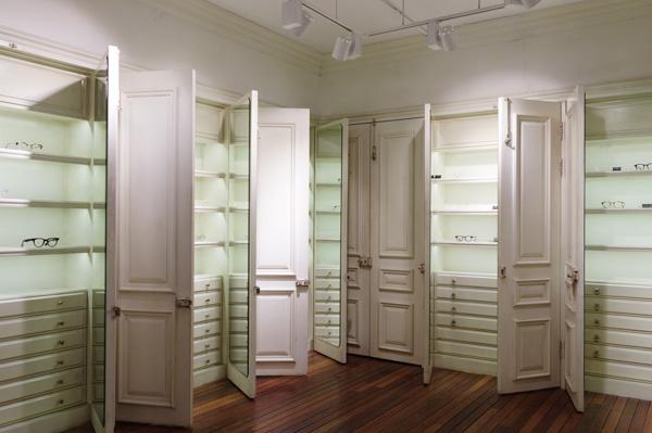 扉を開けると中にメガネが並んでいる。