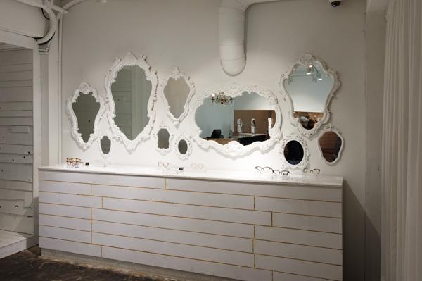 さらに足を進めると壁一面に鏡が並んだコーナー。