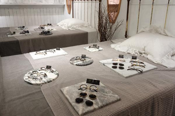 ベッドの上にはメガネやクリップオンサングラスが並んでいる。
