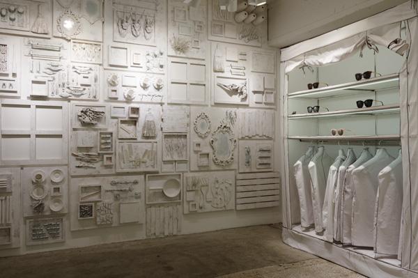 手の込んだ装飾が施された白い壁にも目を奪われる。