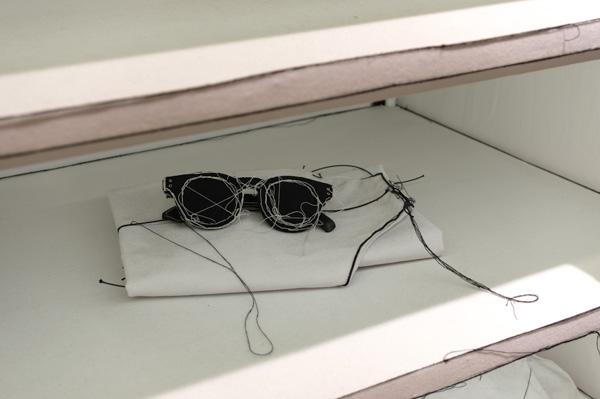 棚の中に布でできたサングラスを発見。