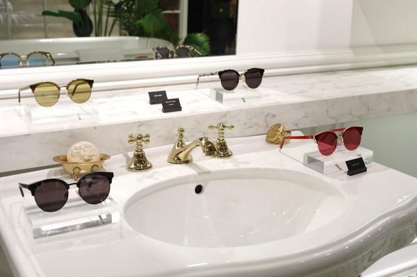 洗面台にはサングラスが並んでいる。