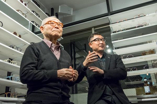 青山恭也氏(左)と青山嘉道氏(右)。