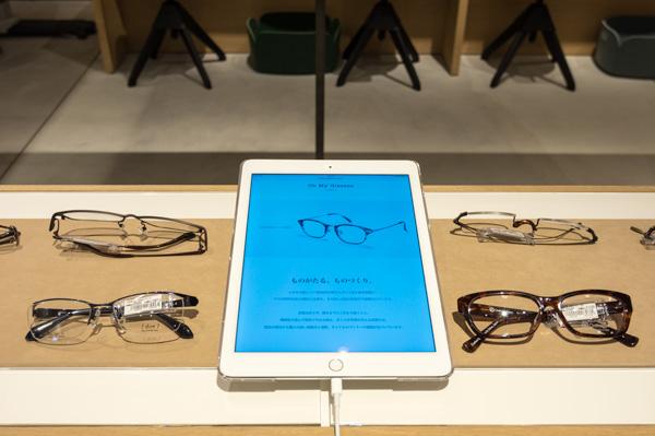 Oh My Glasses TOKYO(オーマイグラス 東京)柏の葉T-SITE店に設置されたタブレット。