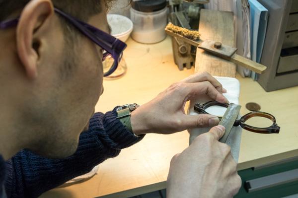 メガネのフィット感を高める鼻パッドのカスタム「鼻盛り」にも対応。長谷川店長自ら加工する。