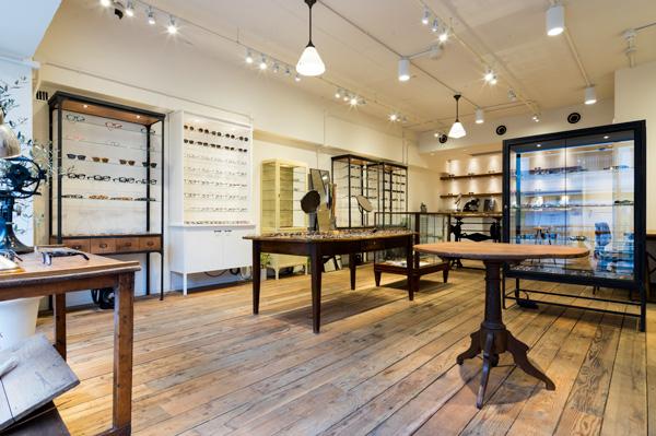 アンティークの什器が並ぶ店内は、温かでなんとも居心地の良い雰囲気。穏やかな気分に包まれながら、メガネをじっくりと選べる。
