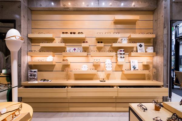 気になるものはパッと手に取り、ドンドン掛けてみるのが、似合うメガネを選ぶ秘訣。 「見たこともないようなデザインや心がワクワクするフレームとの出会いを楽しんでください。」と語るのは、店長の宮尾さん。
