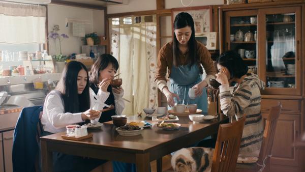 戸田恵梨香さんは4姉妹の次女を、久保田紗友さんは四女を演じている。 image by ジョンソン・エンド・ジョンソン株式会社 ビジョンケア カンパニー