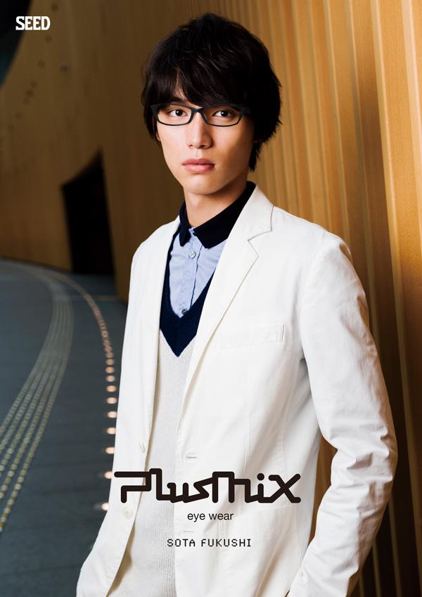 plusmix(プラスミックス)PX-13278 カラー110(カーキ/ネイビー)を掛けた福士蒼汰。