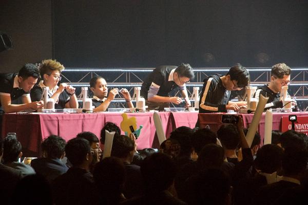 赤コーナーにはシンガポール、フィリピン、マレーシア、オーストラリア、台湾から勝ち抜いた7名の代表が登場。