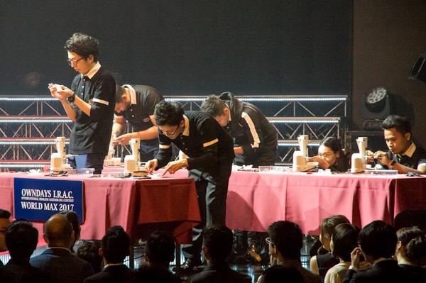 青コーナーにはオランダ、ベトナム、タイ、カンボジア、日本からの代表が6名。