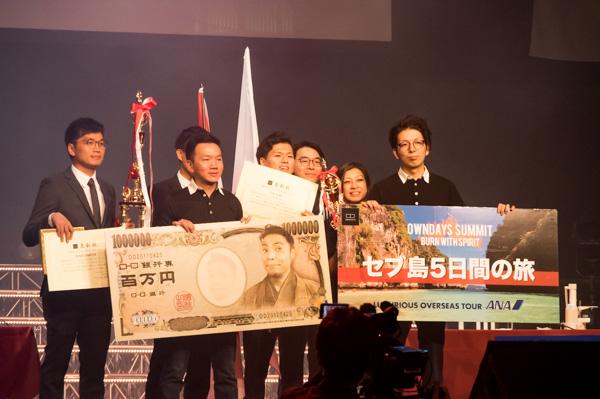 カーホーンさんには優勝賞金100万円が贈られた。