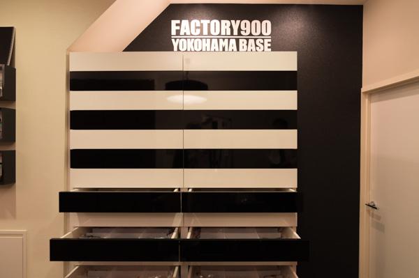 商品のほとんどは、黒と白に塗り分けられた棚に納められている。