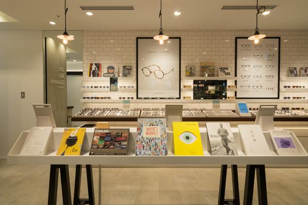 店内にはメガネなどに関連した書籍も並んでいる。