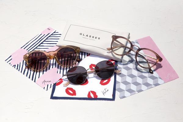 全モデル共通の専用メガネケースに加え、サングラスごとにデザインが異なるメガネ拭きが付属。