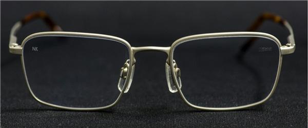 「マイサイン」は、視界を遮らないようレンズの斜め上方に加工される。