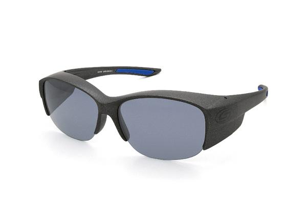愛眼 COVER GLASSES-DX(カバーグラスDX) SR-016P-3 フレームカラー:ガンメタル×ブルーラバー レンズカラー:スイートグレー レンズスペック:可視光線透過率20%・偏光度99% 価格:12,960円(税込)