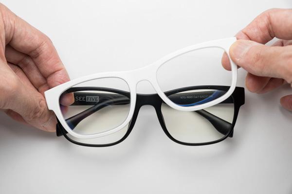 試してみたところ、レンズは簡単に着脱可能。マグネットでカチッと留まる感触も心地良く、外す際にも力が要らず快適。