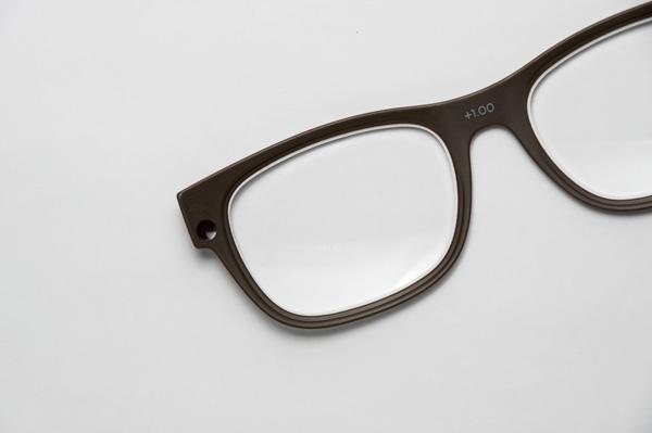 交換レンズを支えるフレームは、中央にレンズ度数が記されており、両サイドにはマグネットが埋め込まれている。