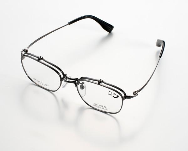 """製造元は""""メガネの聖地""""福井・鯖江の老舗メーカー「フジイオプチカル」。 素材には、軽くて弾力性が高いことからメガネフレームに広く使われているベータチタンの中でも、一般のものより上質な「眼鏡用バージン材」のみを使用。 1/100mm単位で1本1本切削して最適な弾力性を持たせ、頭を包み込むような軽やかで快適な掛け心地を実現。"""