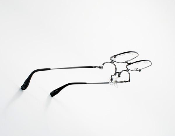 跳ね上げ式メガネには、跳ね上げると素通しになる「単式」と、フロントが2枚重ねになっており2種類のレンズを使い分けることができる「複式」があるが、この商品は「単式」。裸眼の状態とメガネまたはサングラスを掛けた状態とを瞬時に切り替えたい人には、「単式」の跳ね上げ式メガネが便利。