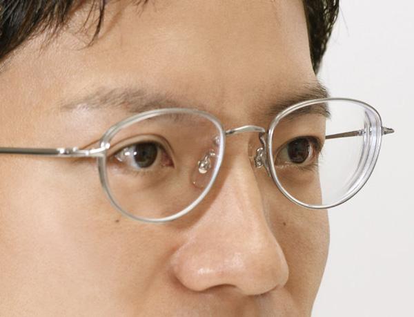 従来品(レンズサイズ53ミリ、度数S-8.00)では、顔の輪郭のへこみが大きくて少々気になる。