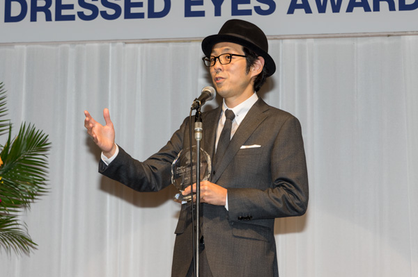 受賞の喜びを語る宮藤官九郎。