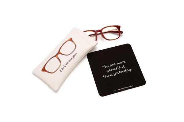 オリジナルメガネケースとメガネ拭きが付属。