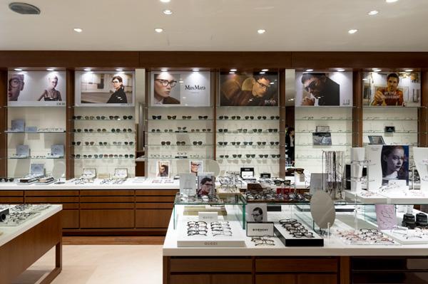 インポートを含む40ブランド以上を常に展開。メガネスーパーの店舗の中でも随一の品揃え。