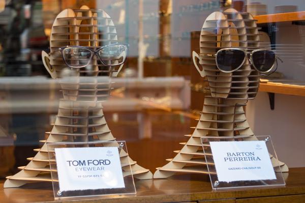 TOM FORD(トム フォード)と BARTON PERREIRA(バートン ペレイラ)が飾られたディスプレイが印象的。