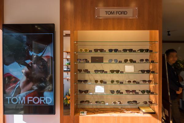 入口の左脇には、TOM FORD(トム フォード)のサングラスがズラリ。