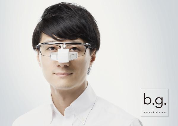 b.g.(ビージー)はオーバーグラスタイプなので、メガネの上からでも掛けられる。