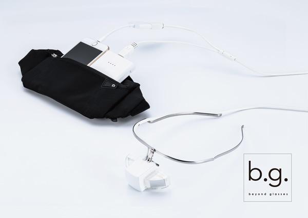b.g.(ビージー)と接続したスマートフォン・モバイルバッテリーは、ウェストバッグなどに収納するのもひとつの方法。
