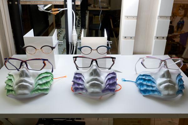 東京・墨田区にある仮面・マスクの専門店「仮面屋おもて」で製作した仮面を使ったディスプレイも印象的。