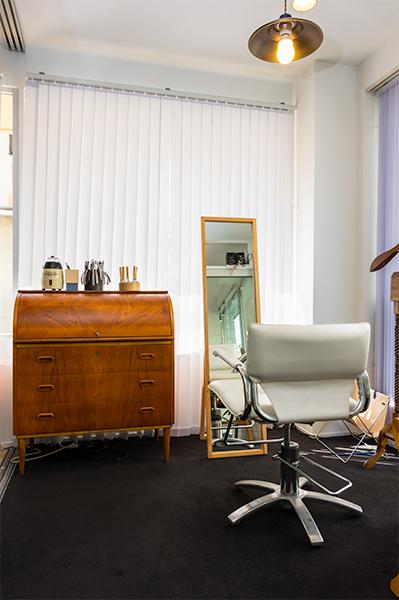 美容室と見まがうようなフィッティング専用スペースで、ゆったりメガネを調整してもらえる。