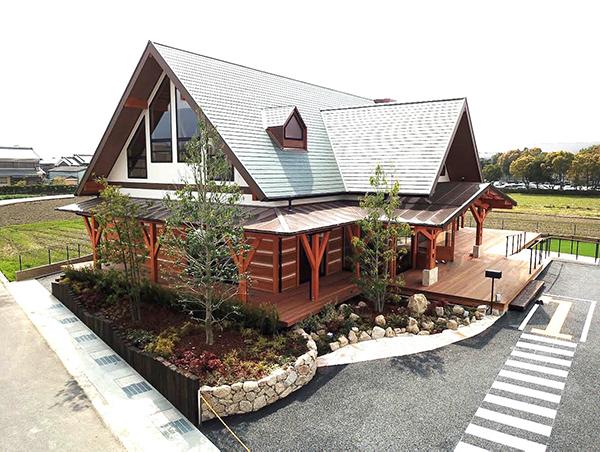 地元ならではの素材「杉」を活かしてログハウス風のデザインを採用。