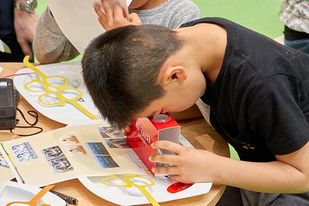 「立体に見えるひみつ」について学び、「3Dスコープ」を使って立体視を体験