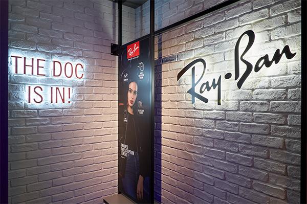 店内奥に輝く「Ray-Ban」のロゴ。