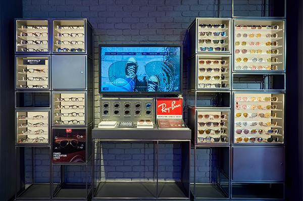 日本初のサービスとして、Ray-Ban(レイバン)純正度付きレンズを販売。メガネ・サングラスともに対応している。