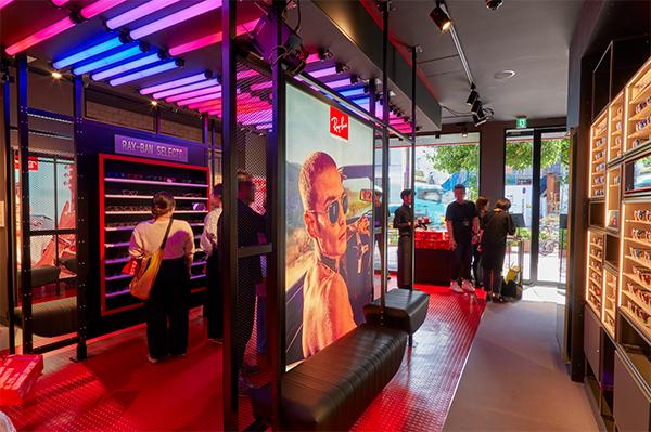 店内はブランドカラーの赤と黒を基調としたデザインで、Ray-Ban(レイバン)らしさにあふれている。