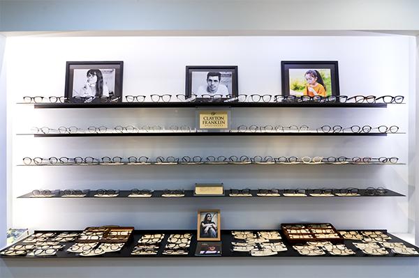 店内には CLAYTON FRANKLIN(クレイトン フランクリン)のメガネフレームがズラリ。