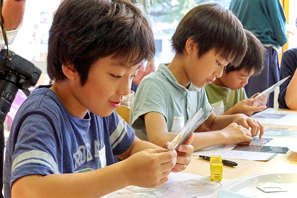 オリジナルステンドグラス作りに取り組む子どもたち。