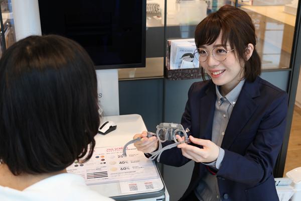 メガネという医療機器を扱う業態として信頼感を得られるデザイン。