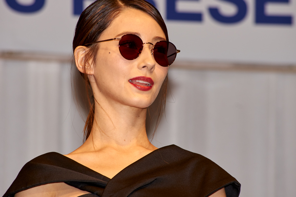 副賞のサングラスを掛けたダレノガレ明美さん