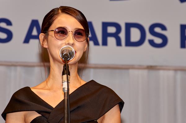 受賞の喜びを語るダレノガレ明美さん。
