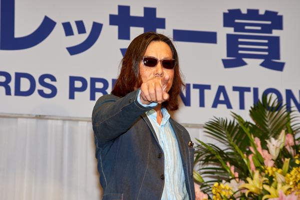 副賞のサングラスを掛けてポーズを決める豊川悦司さん
