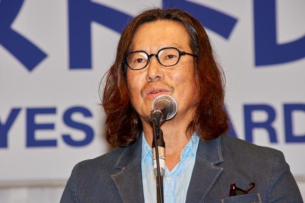 受賞の喜びを語る豊川悦司さん。