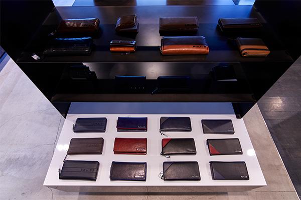 財布など革小物も展開される。