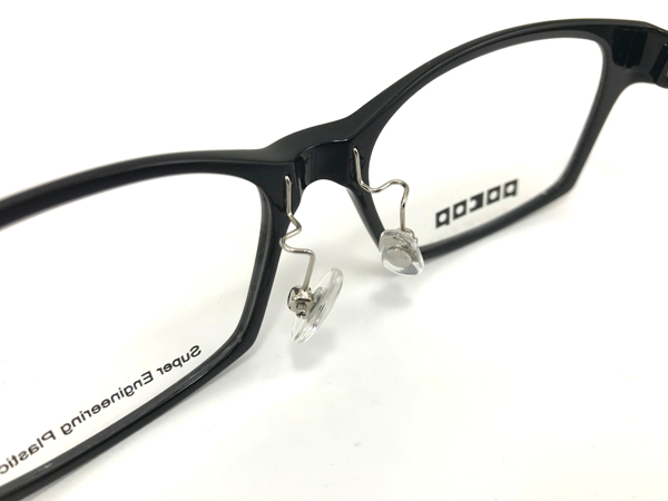 目から鼻までの距離が短い日本人に合わせて、鼻幅・高さ・奥行きの3次元で調整可能なステンレスアーム付きノーズパッドを採用。メガネの正しい掛け位置を保ってくれる。